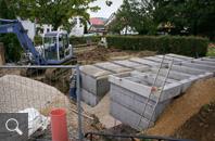 418 | In weiteren einzelnen Abschnitten werden die nächsten Grabkammerreihen versetzt