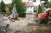 418 | Im engen Baustellenbereich erfolgt der Bodenaushub im Grabfeld