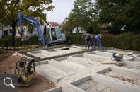418 | Die Grabkammer sind versetzt und der Unterbau der Grabweg wird hergestellt